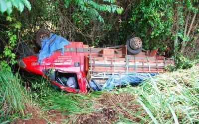 Caminhão capota na BR-267 em Bataguassu, após um dos pneus estourar
