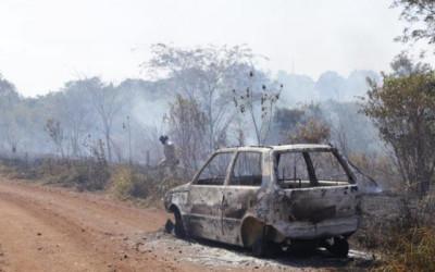 Carro pega fogo e chamas se alastram em área na Mata do Segredo