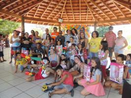 Polícia Militar e voluntários distribuem brinquedos no dia das crianças em Três Lagoas