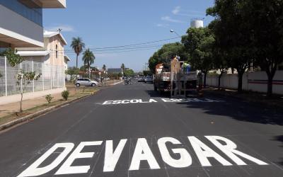 Ruas recapeadas no Bairro Lapa recebem sinalização vertical
