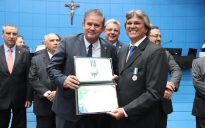 Eduardo Rocha homenageia prefeito  com Comenda do Mérito Legislativo