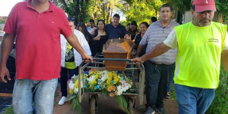 Sob forte comoção e com cortejo da polícia, jornalista é sepultado na fronteira