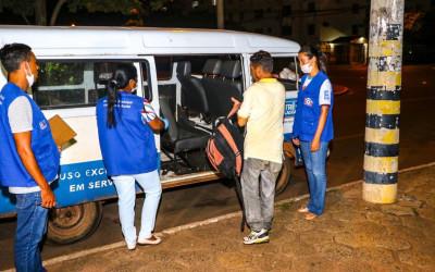 Abordagem Social tenta convencer pessoas em situação de rua a irem para o Alojamento do Centro Pop