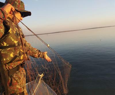 Polícia Militar Ambiental de Aparecida do Taboado fiscaliza 10 embarcações, apreende 450 metros de redes e solta 20 kg de peixes dos petrechos ilegais
