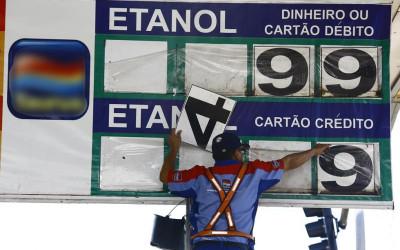 Reinaldo não reduz ICMS da gasolina, mas vai pagar R$ 3,54 por litro em contrato do Governo