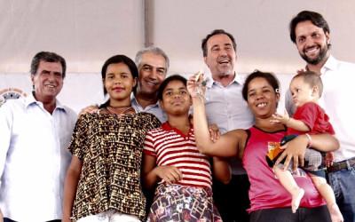 Com ministro, governador realiza sonho da casa própria de 327 famílias