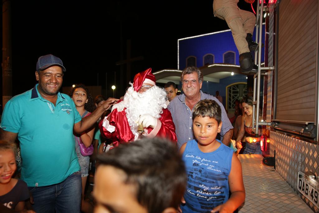 """""""Chegada do Papai Noel"""" reuniu centenas de crianças em Aparecida do Taboado"""