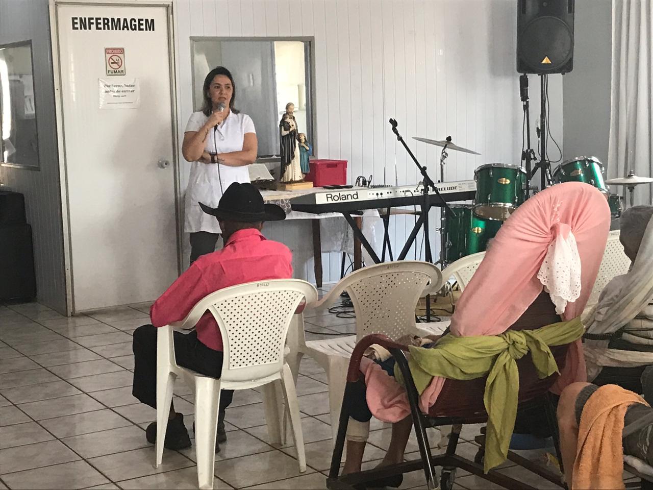 Fisioterapeuta da Unimed Andradina ministra palestra em Asilo