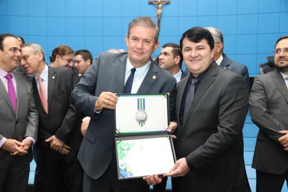 Eduardo Rocha homenageia prefeito de Vicentina com Comenda do Mérito Legislativo