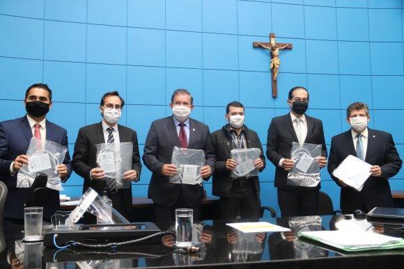 Na presidência, deputado Eduardo Rocha participa da entrega de escudos faciais à ALEMS